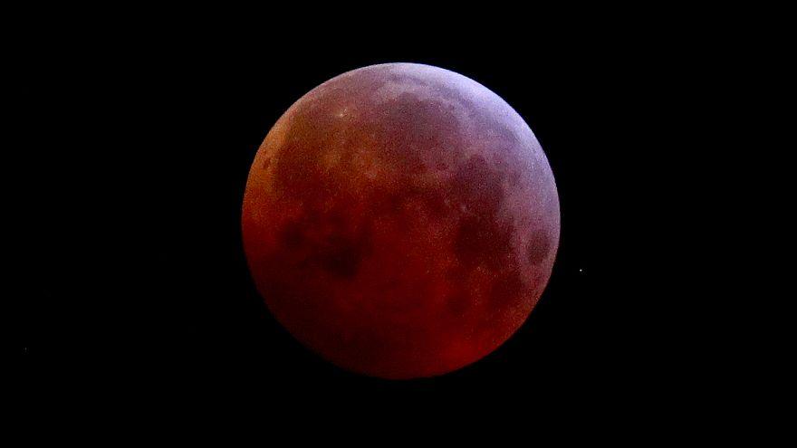El último eclipse total de luna hasta 2022, en imágenes