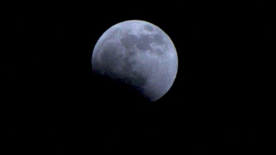Görsel şölen: Dünya 'Kanlı Ay' tutulmasını izledi