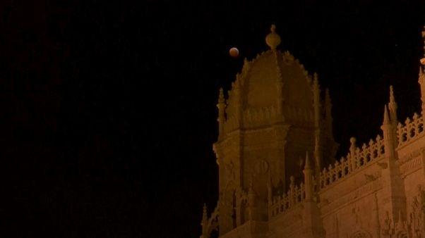 Stargazers enjoy Supermoon-eclipse