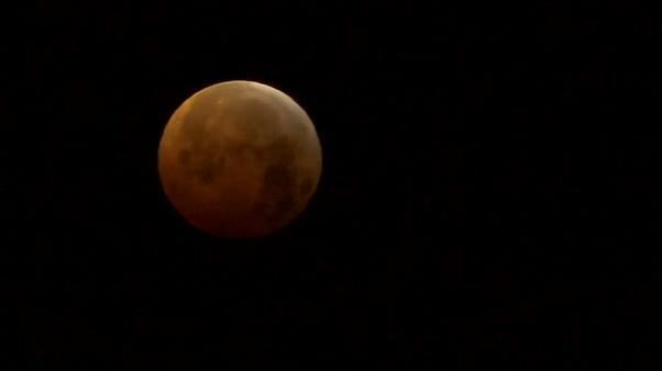 Madrid contempla la superluna de sangre