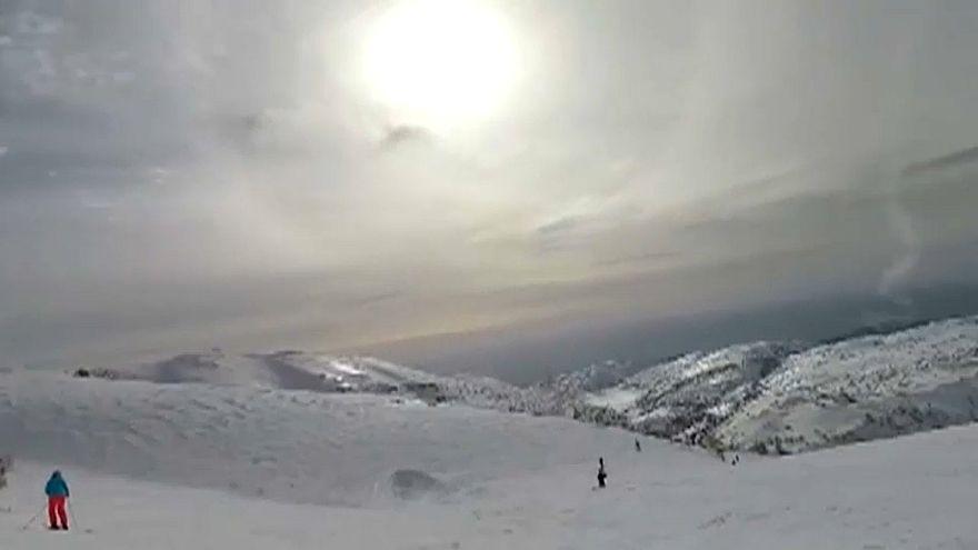 شاهد: كاميرا سائحة إسرائيلية تتزلج على سفح الجولان ترصد إطلاق صواريخ عبر الحدود