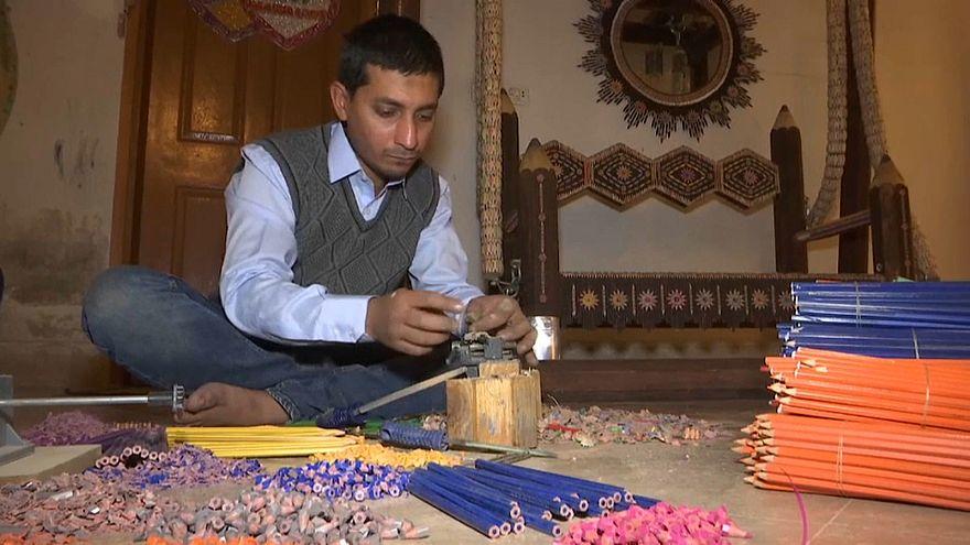 فيديو: باكستاني يحلم بدخول غينيس بأرجوحة صنعها من 200 ألف قلم رصاص
