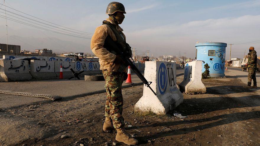 جندى أفغاني في نقطة تفتيش بكابول