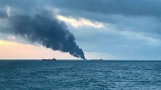 در پی برخورد و آتش گرفتن دو کشتی در تنگه کرچ دهها نفر جان باختند