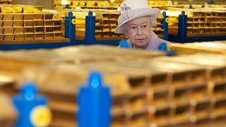 Ράβδοι χρυσού στην Τράπεζα της Αγγλίας όταν την επισκέφθηκε η Βασίλισσα