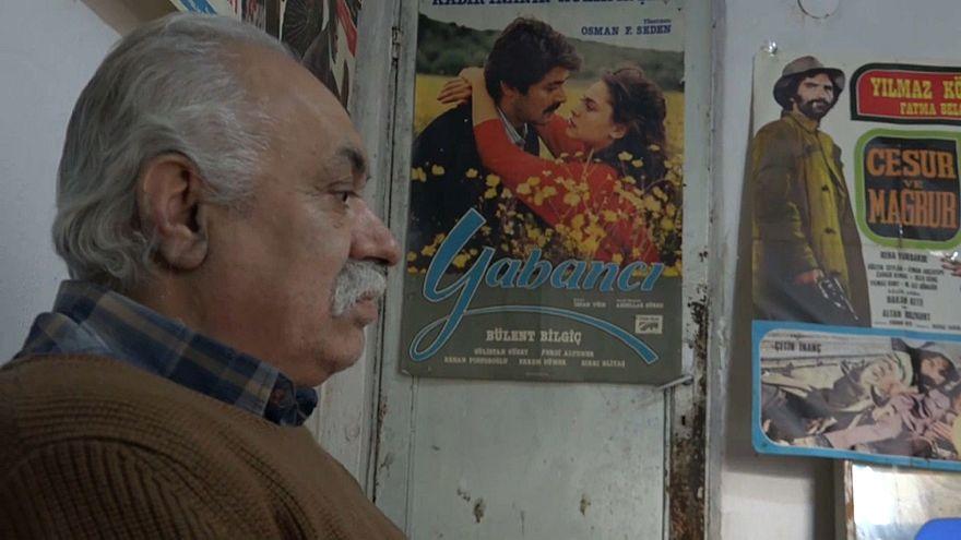 yeşilçam afişlerini saklayan Süleyman Saraçoğlu