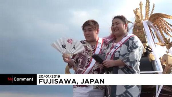 Celebran la 'mayoría de edad' en las gélidas aguas de Japón