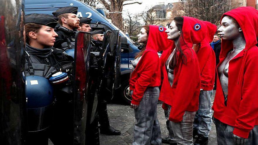 نساء فرنسيات يقفن في مواجهة قوات الأمن أثناء حراك السترات الصفراء في باريس
