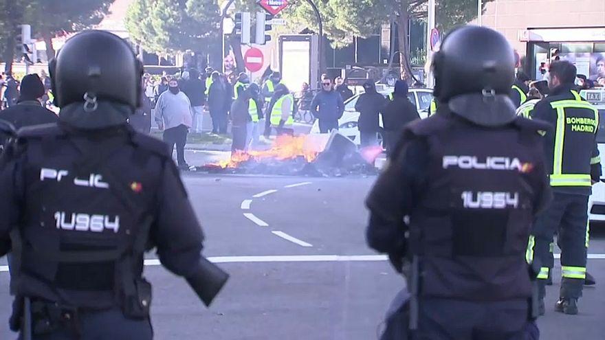 Taxistas em greve em Madrid e Barcelona