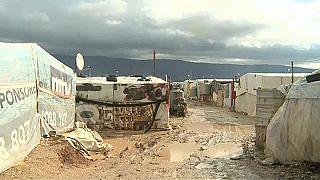 فيديو: صاحب أرض يطرد عائلة سورية من خيمتها لعدم قدرتها دفع الأجرة في لبنان