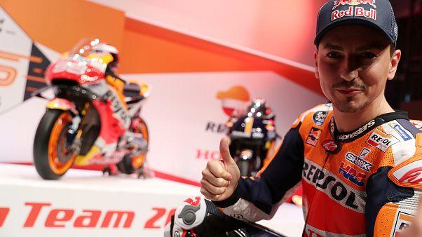Honda-Fahrer Jorge Lorenzo zeigt den Daumen nach oben vor seinem Motorrad