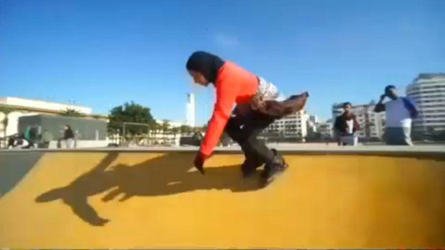 شاهد: المغربية دعاء الحضري تتفنن في لعبة التزلج وتتحدى التقاليد