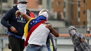 Venezuela darbenin eşiğinde mi? Ordu 'Anayasaya dayanarak' demokrasiyi savunabilir mi?