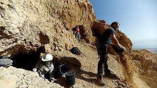 شاهد: جيل جديد من العلماء يتولى البحث عن مخطوطات البحر الميت