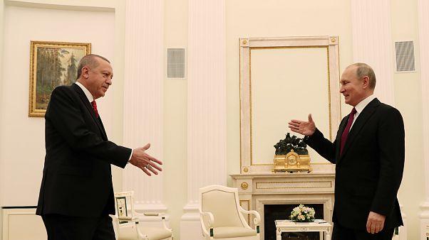بوتين يقول إنه مستعد لاستضافة قمة بشأن سوريا مع تركيا وإيران