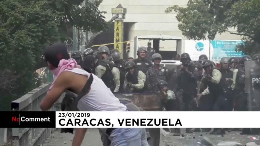 A venezuelai hatóságok erőszakkal próbálják meg elfojtani a tüntetéseket
