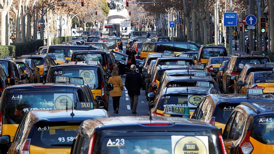 Los taxistas se baten en retirada en Barcelona, resisten en Madrid