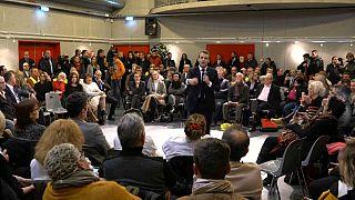 Emmanuel Macron s'invite dans un débat citoyen pour faire taire les critiques