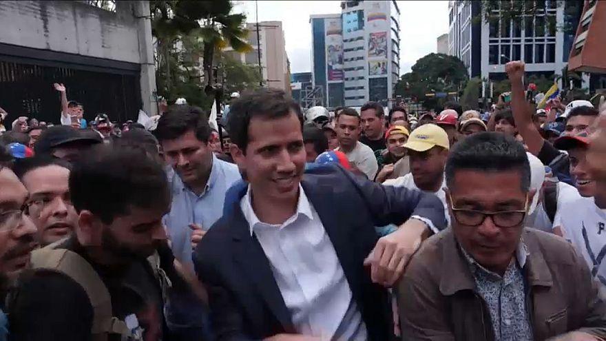 شاهد: زعيم المعارضة الفنزويلية بين المتظاهرين خلال اشتباكهم مع الأمن