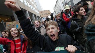 Brüksel'de 35 bin genç iklim değişikliğine karşı yürüdü