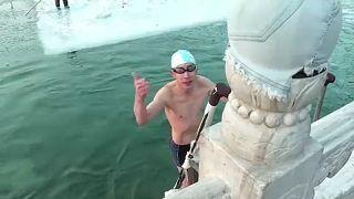 Des Pékinois se baignent dans un lac gelé