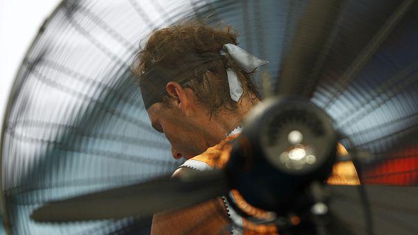 Son 10 yılın en sıcak gününü yaşayan Avustralya'da tenis turnuvasında maçlar ertelendi