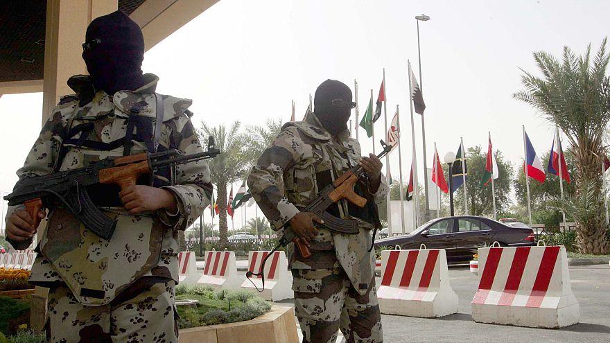 إثنان من القوات الخاصة السعودية أمام أحد الفنادق في العاصمة الرياض