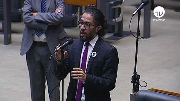 Ameaças levam deputado gay a abandonar o Brasil