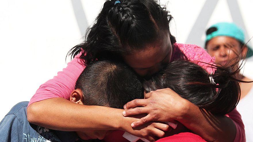 Una mujer abraza a sus hijos en el centro de acogida de Tijuana