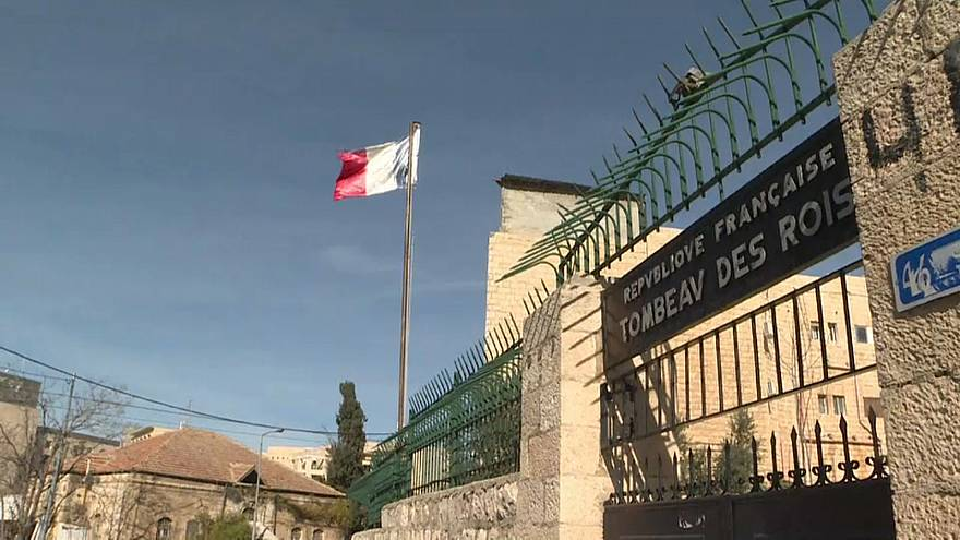 فيديو: معركة بين فرنسا واليهود المتدينين.. ساحتها قبور السلاطين بالقدس