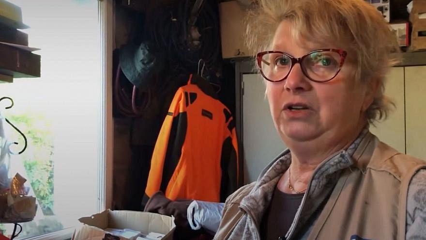 """A Calais, la """"maman"""" des migrants recharge leurs batteries"""