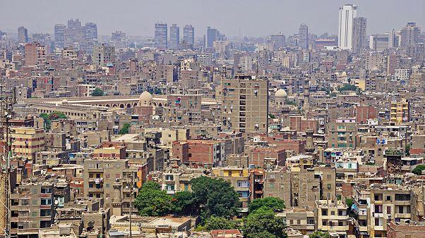 شاهد: مصرية تعاقب ابنها باجباره على القفز بين شرفتين