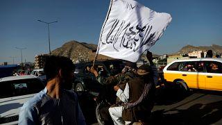 اعضای طالبان پرچم این گروه را در کابل، پایتخت افغانستان به اهتزار درآوردند