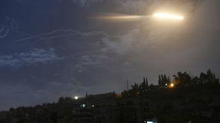 صورة من الأرشيف تظهر صاروخاً طائراً بالقرب من مطار دمشق الدولي