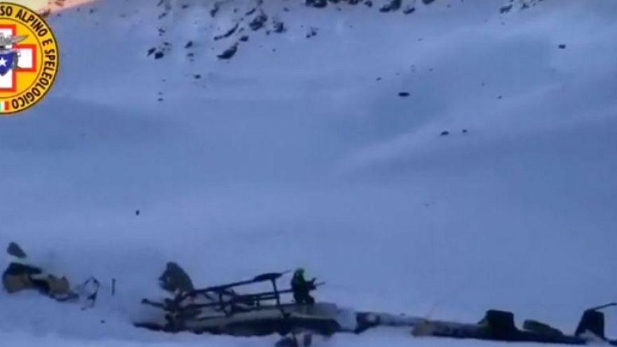 İtalya'da helikopterle uçak havada çarpıştı: 2 kişi kurtuldu