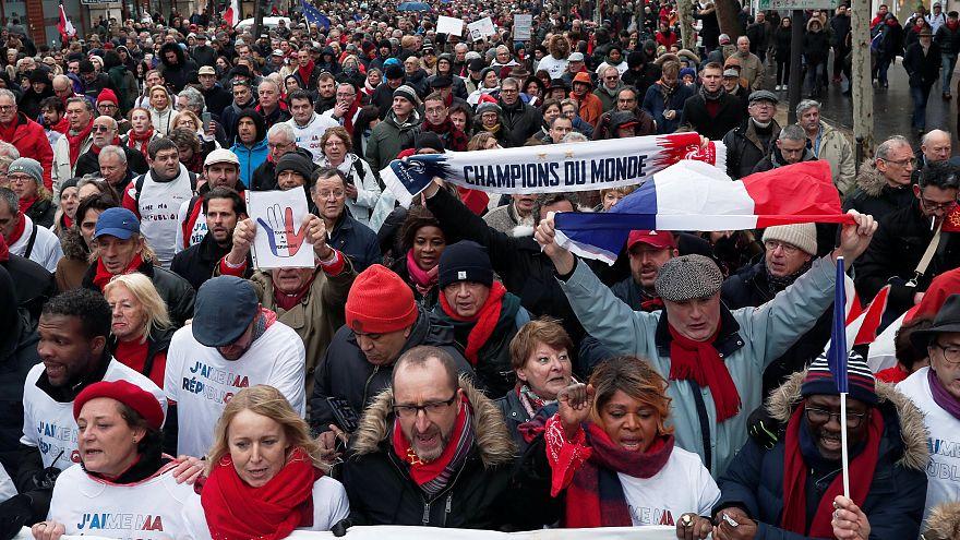 """فرنسا: """"الأوشحة الحمراء"""" مقابل """"السترات الصفراء"""" تنديدا بعنف الاحتجاجات"""