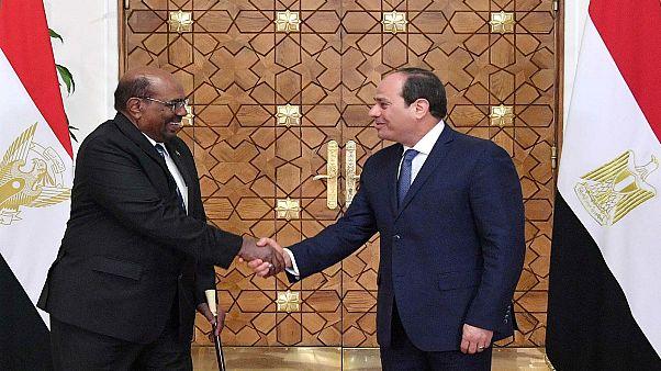 الرئيس المصري عبد الفتاح السيسي يستقبل نظيره السوداني عمر البشير في القاهرة