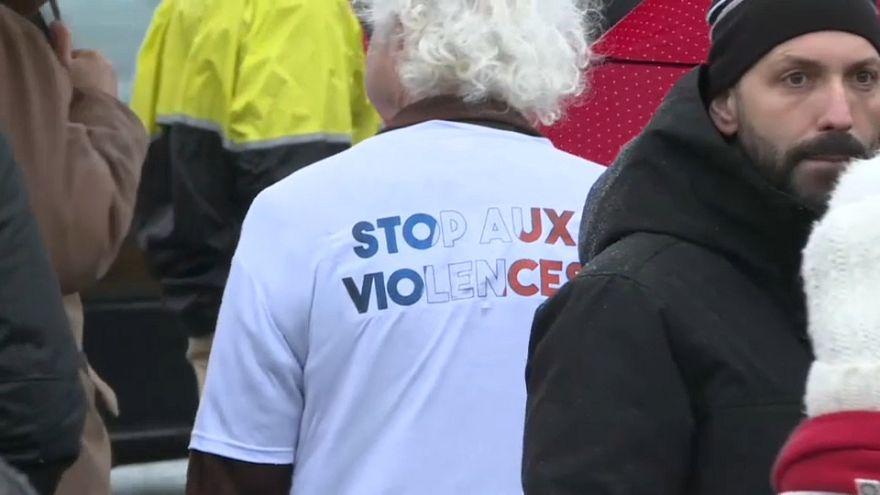 Paris'te 'Kırmızı Fularlılar'dan Sarı Yelekliler'e karşı gösteri