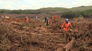 Brasil busca 300 desaparecidos tras la rotura de un dique minero