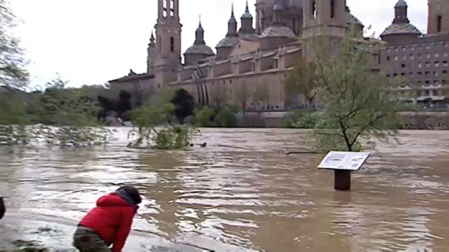 La crecida del Ebro pasa por Zaragoza