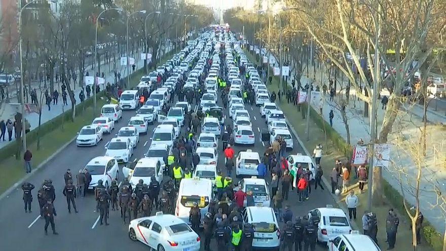 Elvontatják a tüntető madridi taxisokat