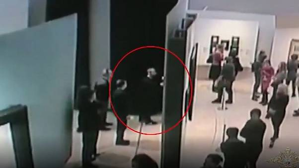 World's most casual heist? Moscow artnapper caught on camera