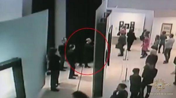 Mosca, il furto d'arte più nonchalant di sempre? Ladro ripreso dalle telecamere