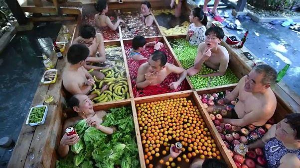 Çin mutfağından esinlenen meyve ve sebzeli havuz görenleri şaşırtıyor