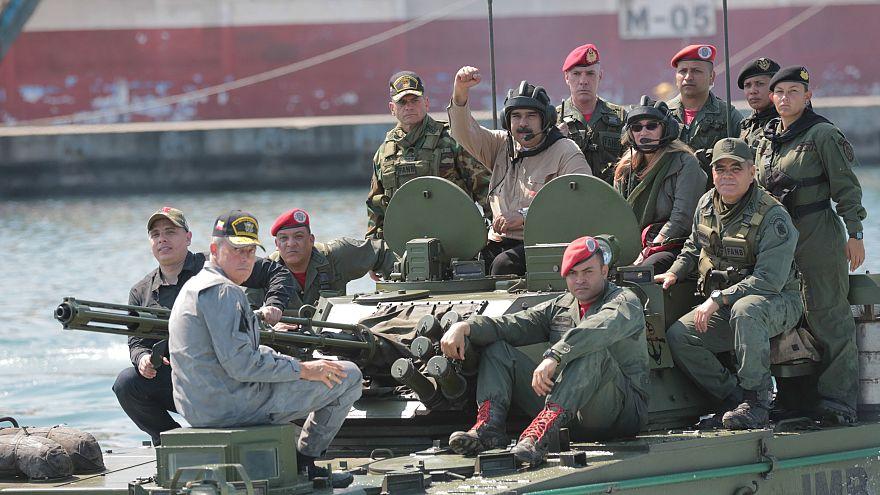 مادورو على متن آلية عسكرية برفقة جنود فنزويليين