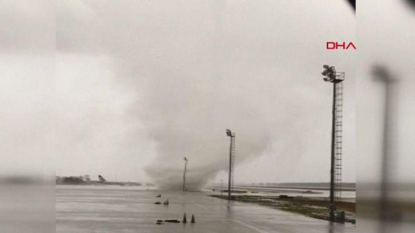شاهد: إعصار هائل يخرب طائرتين بمطار أنطاليا في تركيا