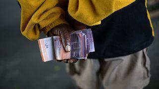 مادورو از تثبیت نرخ بولیوار کوتاه آمد؛ دلار آمریکا آزاد شد