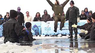 Am Rande des Wahnsinns: Eislochspringen in Edmonton