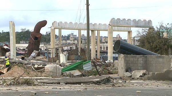 شاهد: حطام سيارات وأنقاض بيوت في العاصمة هافانا بسبب اعصار
