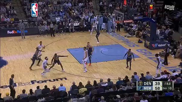 Óriási fordítás és blokkparádé az NBA-ben